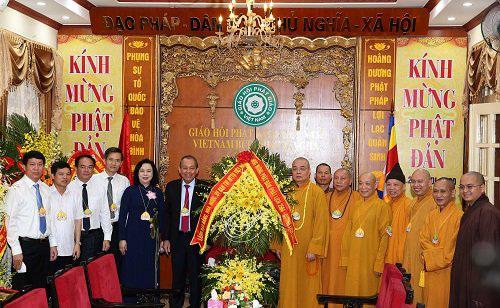 Permanent Deputy PM Truong Hoa Binh presents congratulatory flowers to the Vietnam Buddhist Sangha Central Committee. (Photo: VGP)