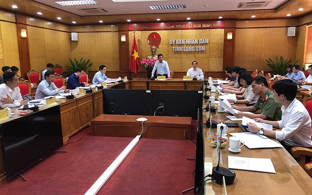 The inspection team from the Ministry of Labour, Invalids and Social Affairs works with Lang Son leaders on May 15, 2020. (Photo: NDO/Vi Hung Trang)