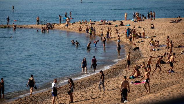 """Các bãi biển châu Âu """"vỡ trận"""" do nhiệt độ tăng cao - ảnh 1"""