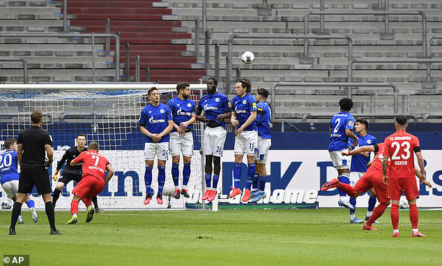 Schalke 04 0-3 Augsburg: Augsburg ngắt mạch trận không thắng - Ảnh 1.