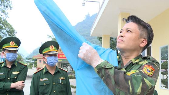 Chiến sĩ biên phòng Hà Giang đi từng ngõ, gõ từng nhà tuyên truyền chống COVID-19 - ảnh 1