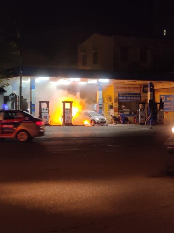 Lùi trúng cột bơm xăng, xe ô tô bốc cháy dữ dội - Ảnh 2.