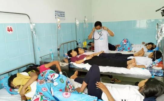 135 học sinh tiểu học nhập viện sau khi ăn bánh mì từ thiện tại trường - Ảnh 1.