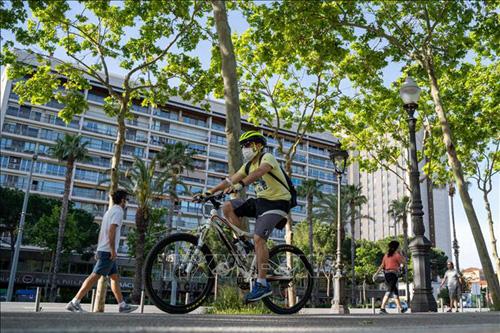 Châu Âu nới lỏng giãn cách xã hội để cứu mùa du lịch hè 2020 - Ảnh 2.