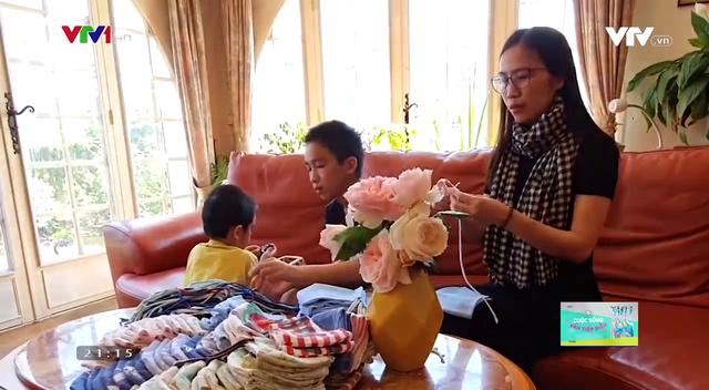Người phụ nữ Việt may hàng trăm chiếc khẩu trang phát miễn phí tại Pháp - Ảnh 1.