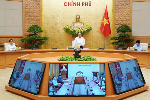 PM Nguyen Xuan Phuc chairs a regular Cabinet meeting for April to review socio-economic development in April and the first four months of the year