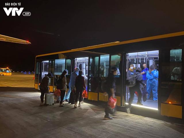 Đón hơn 340 công dân từ Hoa Kỳ hạ cánh xuống sân bay Vân Đồn an toàn - Ảnh 3.