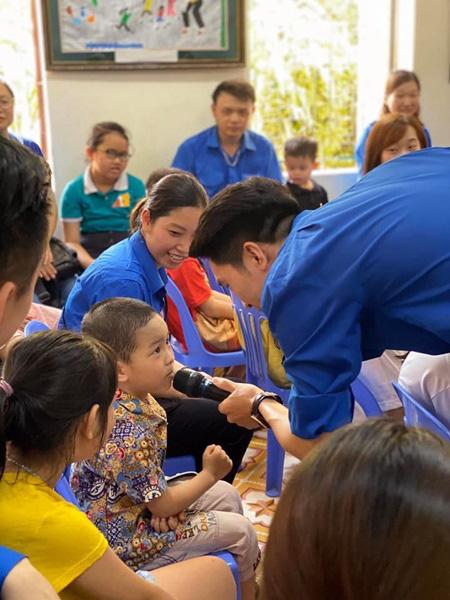 Vui Tết Thiếu nhi cùng Đoàn Thanh niên VTV tại Trung tâm nuôi dưỡng trẻ em mồ côi Hà Cầu - Ảnh 2.