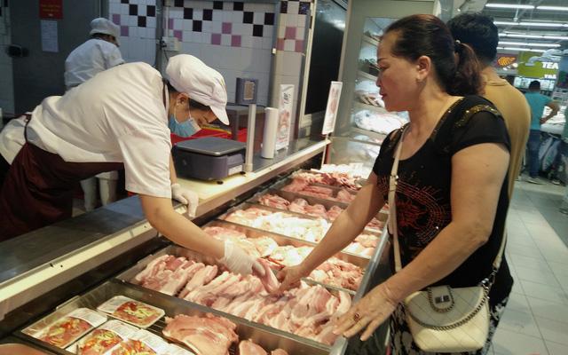 Giá lợn hơi xuống thấp nhất trong một năm qua - ảnh 1