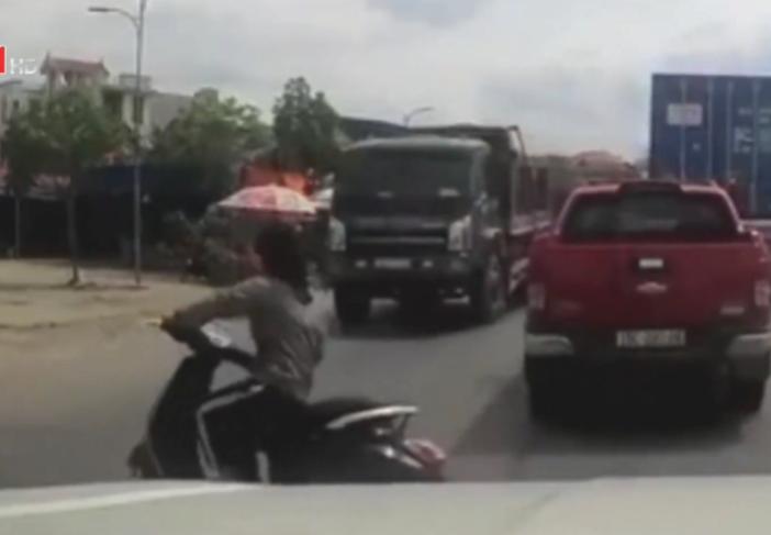 Người phụ nữ suýt chui gầm xe tải vì sang đường ẩu - Ảnh 1.