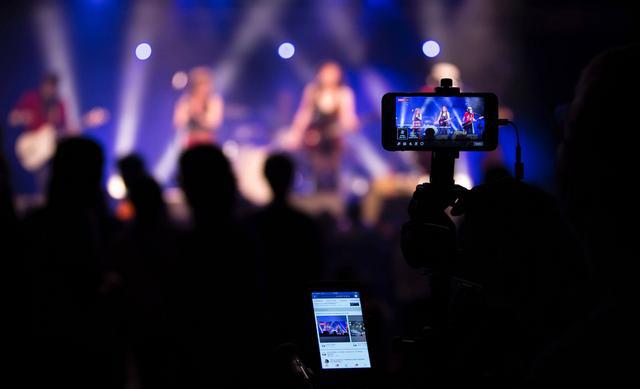 Livestream - Phao cứu sinh của ngành âm nhạc Nhật Bản thời COVID-19 - Ảnh 1.
