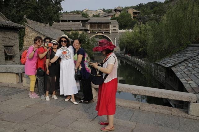 """Du lịch Trung Quốc rơi vào """"vòng xoáy khó khăn"""" vì COVID-19 - Ảnh 1."""