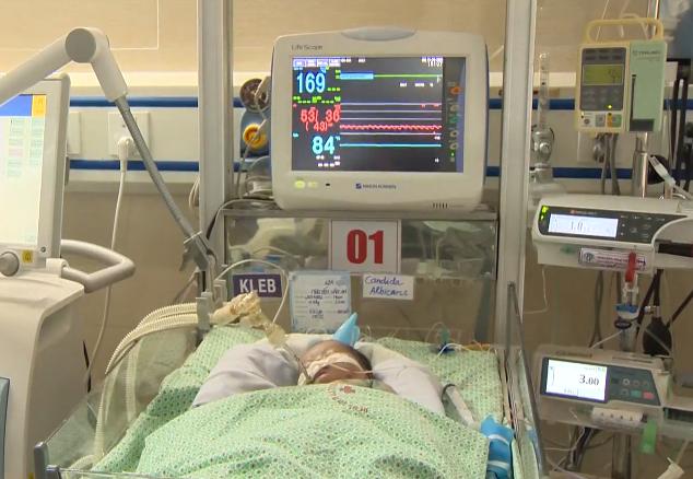 Bé sơ sinh bị bỏ rơi dưới hố ga tiếp tục thở máy, xẹp phổi bên trái - Ảnh 1.