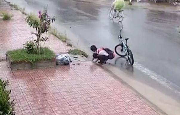 Hiện tượng MXH đội mưa nhặt rác: Thấy đường không còn ngập nữa em rất vui - Ảnh 1.