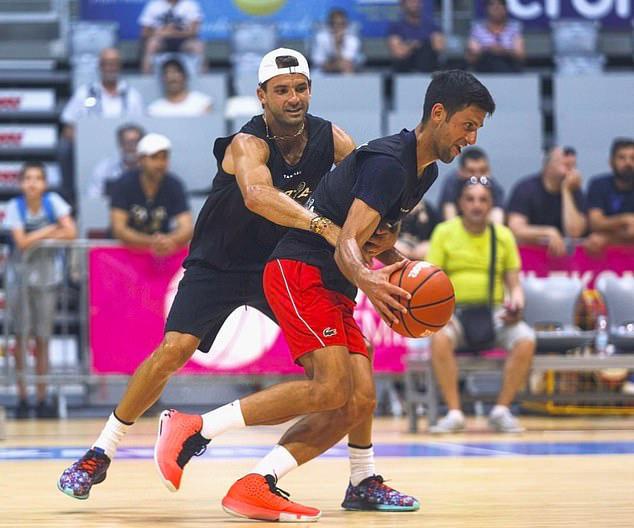 Novak Djokovic và vợ nhiễm COVID-19 - Ảnh 1.