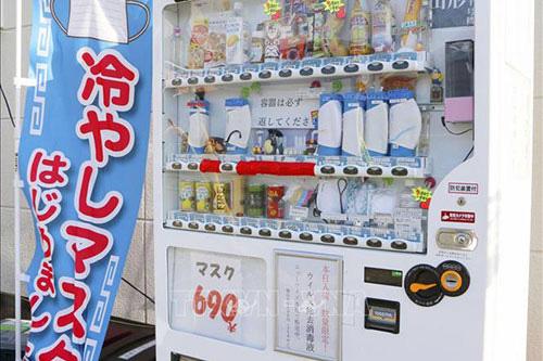 Nhật Bản: Người dân xếp hàng dài chờ mua khẩu trang mùa hè - Ảnh 2.