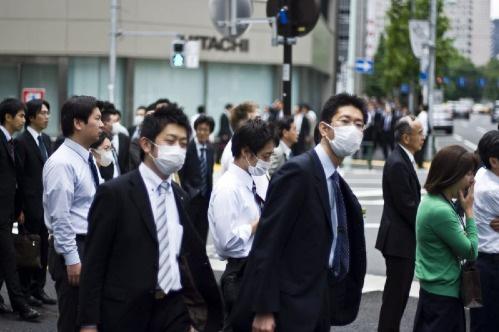Nhật Bản: Người dân xếp hàng dài chờ mua khẩu trang mùa hè - Ảnh 1.
