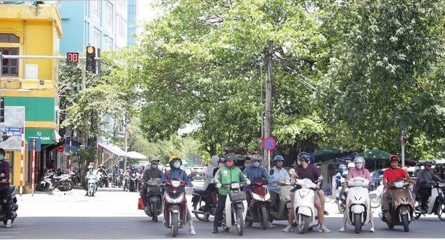 Muôn kiểu vi phạm giao thông những ngày nắng nóng kỷ lục - Ảnh 6.