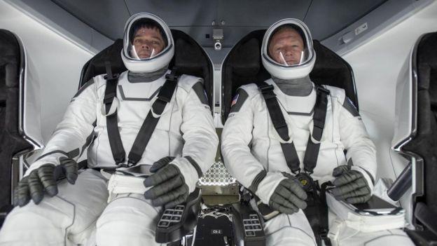 VIDEO: Cuộc trò chuyện lịch sử của hai phi hành gia trên tàu vũ trụ SpaceX - Ảnh 2.
