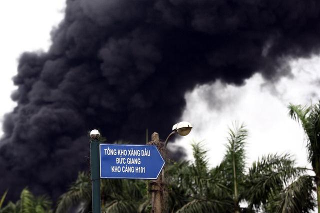 Cháy kho hóa chất 500m2 ở Long Biên, khói đen ngùn ngụt - Ảnh 3.