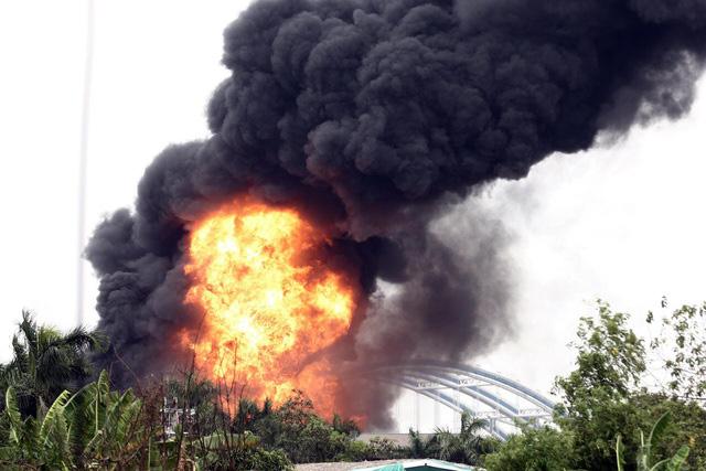 Cháy kho hóa chất 500m2 ở Long Biên, khói đen ngùn ngụt - Ảnh 2.