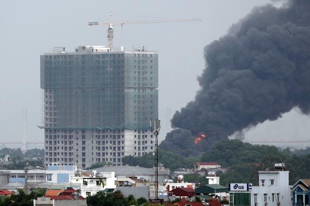 Cháy kho hóa chất 500m2 ở Long Biên, khói đen ngùn ngụt - Ảnh 5.