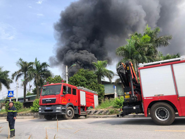 Cháy kho hóa chất 500m2 ở Long Biên, khói đen ngùn ngụt - Ảnh 4.
