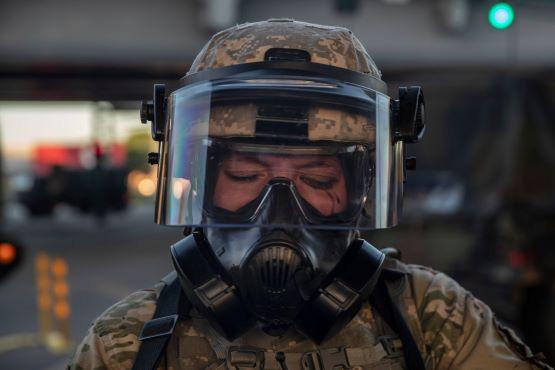 Nước Mỹ thiệt hại nặng nề bởi dịch COVID-19 và biểu tình bạo động - Ảnh 3.