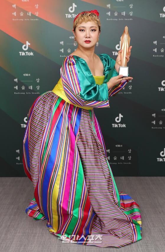 Baeksang Hàn Quốc lần thứ 56: Cặp đôi Hạ cánh nơi anh bị giải thưởng ngó lơ, dàn sao Thế giới hôn nhân thắng lớn - Ảnh 14.