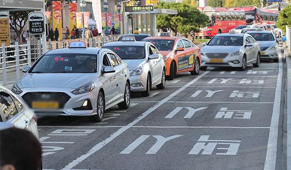 Đồng bộ màu sắc biển số có đổi mới hiệu quả quản lý giao thông? - Ảnh 1.