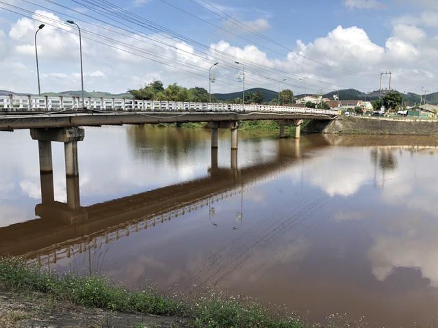 Nước chuyển màu đỏ bất thường trên sông La - Ảnh 1.