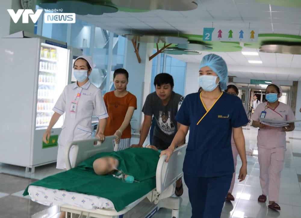Ba mẹ cặp chị em Song Nhi không kìm được nước mắt trước ca đại phẫu tách dính - Ảnh 1.