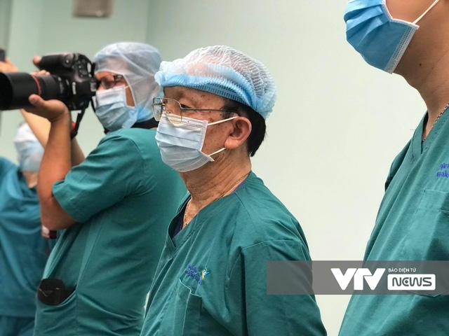 [VIDEO] Cận cảnh ca phẫu thuật tách dính cặp song sinh Trúc Nhi - Diệu Nhi - Ảnh 2.