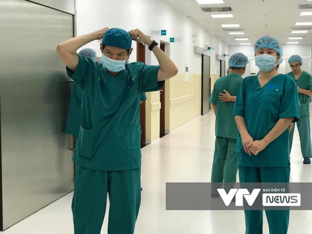 Không thể quên 12 giờ đại phẫu tách dính 2 bé gái song sinh phức tạp bậc nhất Việt Nam - Ảnh 5.