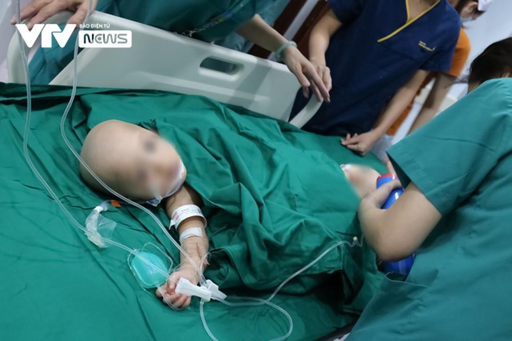 Ba mẹ cặp chị em Song Nhi không kìm được nước mắt trước ca đại phẫu tách dính - Ảnh 2.