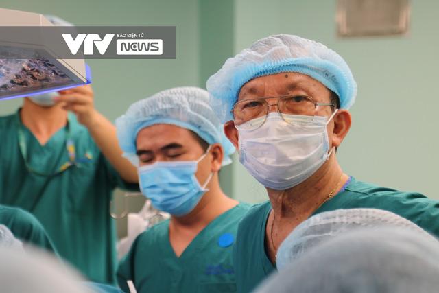 Giáo sư Trần Đông A: Mổ tách dính cặp Song Nhi là cột mốc ngành phẫu thuật Việt Nam - Ảnh 2.