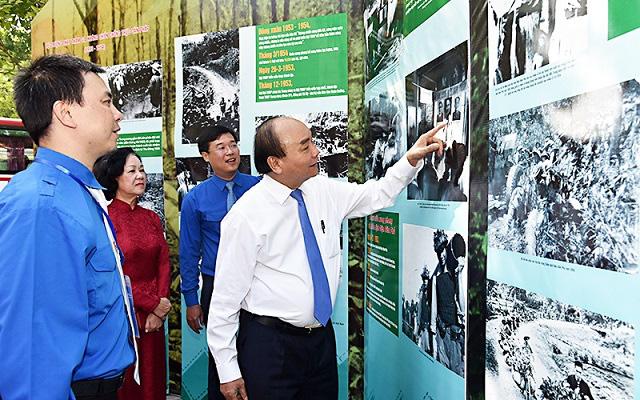 PM Nguyen Xuan Phuc visits an exhibition on Vietnam's youth volunteer force. (Photo: NDO/Tran Hai)