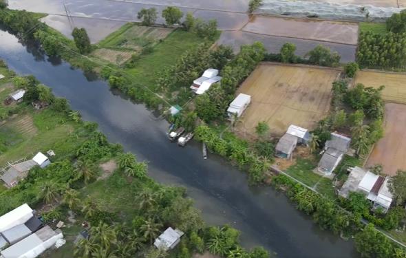 Kinh doanh ế ẩm, bỏ đất sản xuất vì... kênh thủy lợi ô nhiễm - Ảnh 1.