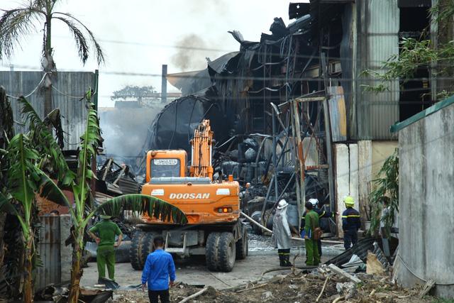 Có hiện tượng rò rỉ hóa chất trong vụ cháy kho ở quận Long Biên - Ảnh 1.