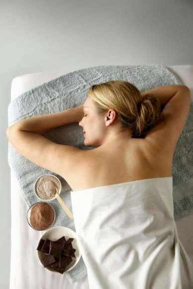 Massage lửa, thả rắn trên lưng,... 6 spa kỳ dị nhất thế giới ít ai dám thử - ảnh 5