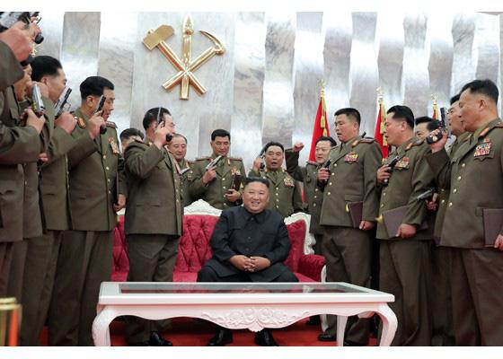 Nhà lãnh đạo Kim Jong-un thăm nghĩa trang liệt sĩ, tặng súng cho chỉ huy quân đội - Ảnh 2.