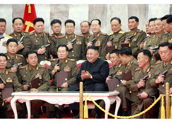Nhà lãnh đạo Kim Jong-un thăm nghĩa trang liệt sĩ, tặng súng cho chỉ huy quân đội - Ảnh 3.