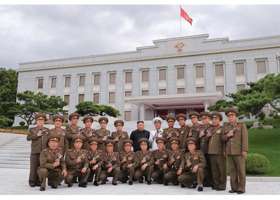 Nhà lãnh đạo Kim Jong-un thăm nghĩa trang liệt sĩ, tặng súng cho chỉ huy quân đội - Ảnh 4.