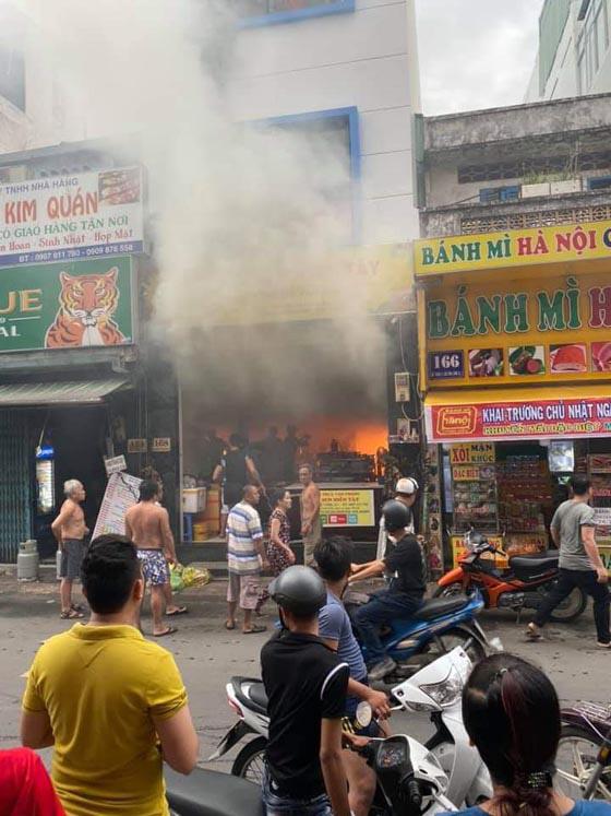 Giải cứu kịp thời 7 người mắc kẹt trong biển lửa tại TP.HCM - Ảnh 1.