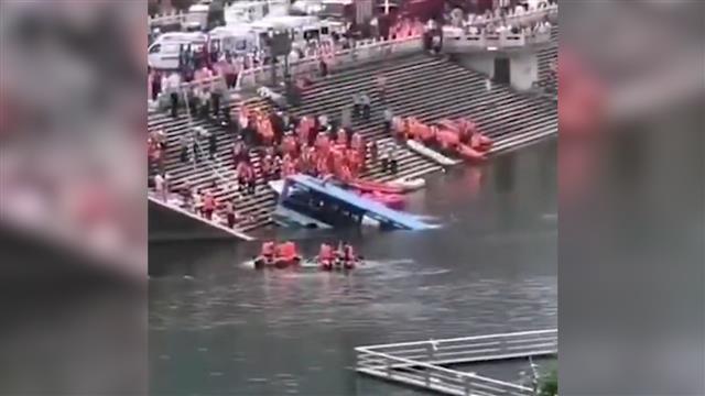 Trung Quốc: Xe bus chở học sinh lao xuống hồ, 21 người thiệt  mạng - Ảnh 1.