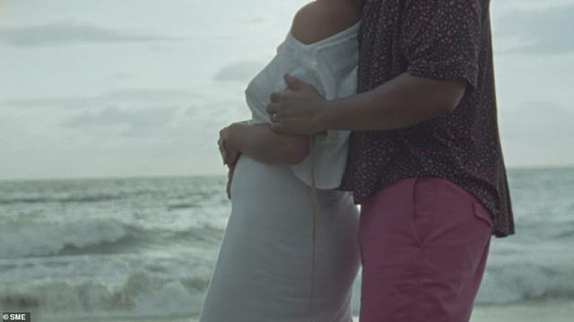Chrissy Teigen lộ bụng bầu trong MV mới của chồng - Ảnh 1.