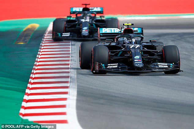 Lewis Hamilton giành vị trí xuất phát đầu tiên tại GP Tây Ban Nha - Ảnh 1.