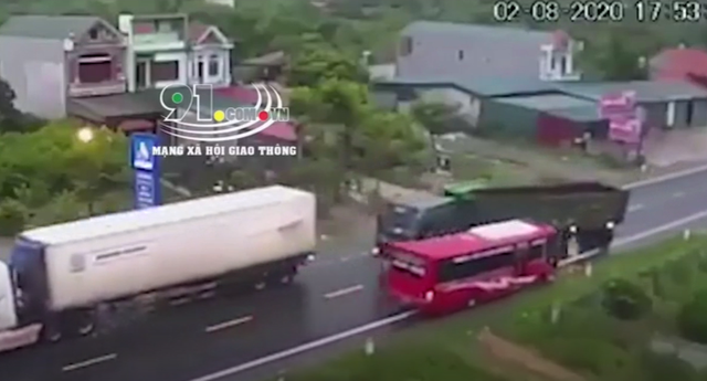 Chạy tới khúc cua, container lấn làn đâm vào xe khác - Ảnh 2.