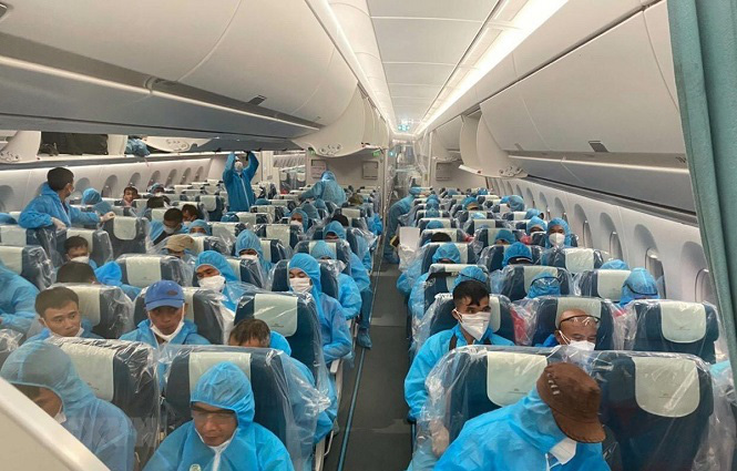 Vietnam Airlines Flight VN6 brings 219 Vietnamese citizens home from Equatorial Guinea. (Photo: VNA)