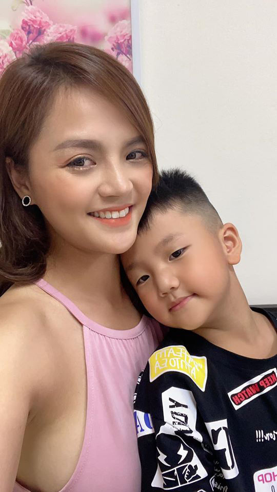 Hai mẹ con Thu Quỳnh cách ly ở nhà vì tiếp xúc nhiều người từ Đà Nẵng trở về - Ảnh 1.